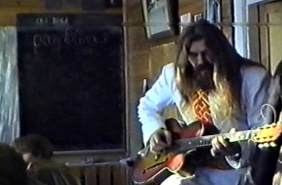 Александр Хиневич играет на гитаре
