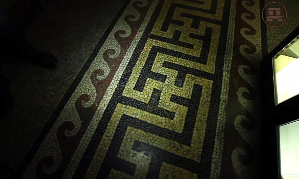 В Государственном Историческом музее пол окрашен орнаментом со свастикой