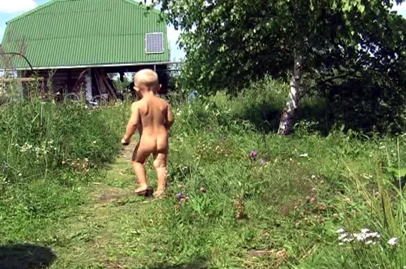 Ребёнок бегает по траве