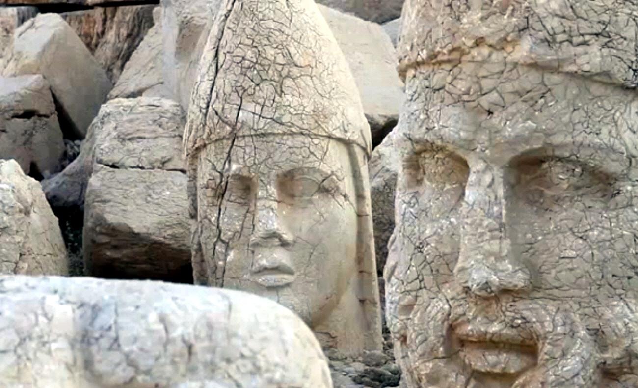 Знаменитый на весь мир курган на горе Немрут в Турции
