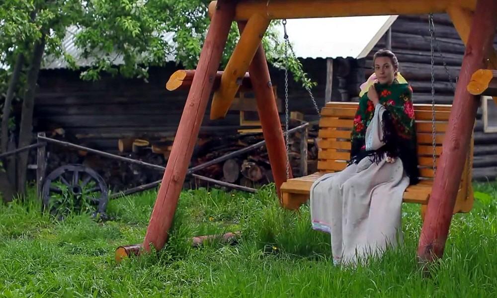 Русская красавица на качелях